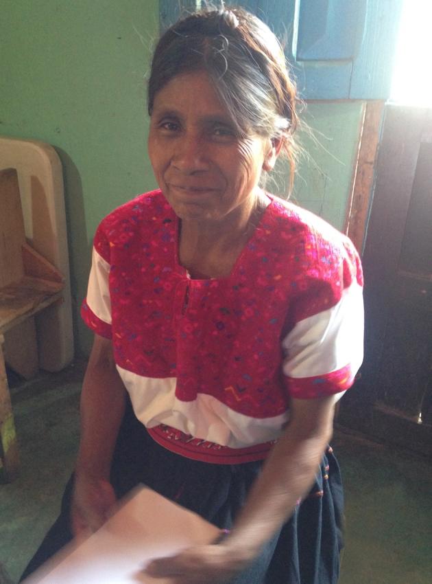 Hermosa Doña Pascuala con su peinado atado encima de su rostro, señal de un cargo religioso en su pasado.