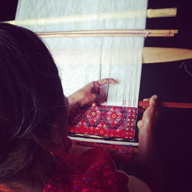El patrón de brocado (trama suplementaria) tradicional de San Andrés Larráinzar está llena de simbolismos. Doña Pascuala nos describe mariposas, monos, orugas y puntas mientras va tejiendo.